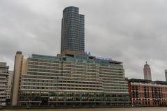 沿泰晤士河南部的银行的现代大厦在伦敦在10月下旬 免版税库存照片