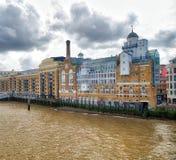 沿泰晤士河的伦敦古老地平线在一多云天 免版税库存照片