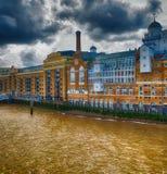 沿泰晤士河的伦敦古老地平线在一多云天 免版税库存图片