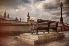 沿泰晤士河的长凳以大本钟为目的 免版税库存图片