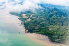 沿浅海岸线的美丽,多小山乡下,从 库存照片