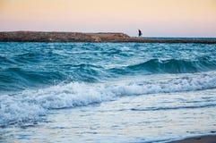 沿海一个人的晚上和孤独姿态dista的 免版税库存图片