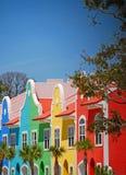 沿海五颜六色的市内住宅 免版税图库摄影