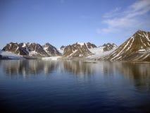 沿海冰川和火山的山在Spitzbergen,挪威 图库摄影