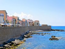 沿海和墙壁散步在阿尔盖罗 撒丁岛,意大利 图库摄影