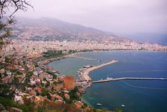 沿海土耳其城市的全景,山,桥梁 免版税库存照片