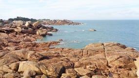 沿海多岩石的海滩 免版税库存照片