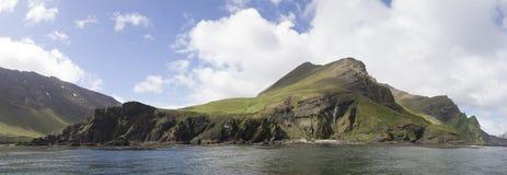 沿海岩石全景在海岛o上的一夏天多云天 免版税图库摄影