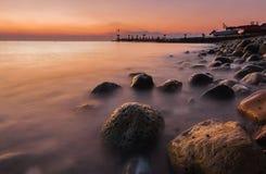沿海岩石在黎明前的海 库存图片