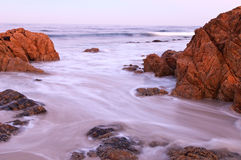 沿海岩石日出 库存照片