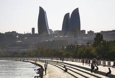 沿海岸区和火焰塔在巴库 阿塞拜疆 免版税图库摄影