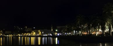 沿海岸区在和城市在分裂的夜之前,克罗地亚 免版税库存图片