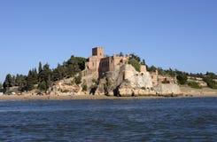 沿海岸区岩石城堡,暑假,沙子海滩 免版税图库摄影