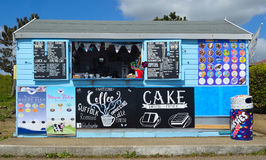 沿海岸区散步的茶点报亭 免版税库存照片