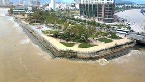 沿海岸区的公园由海洋驱动和摩天大楼鞋帮视图 股票视频