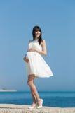 沿海岸区的妊妇 免版税库存图片