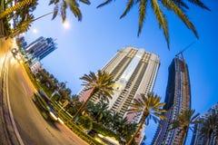 沿海岸区的摩天大楼晴朗的小岛海滩的 免版税图库摄影