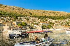 沿海岸的休闲和巡航小船在旧港口 免版税库存图片