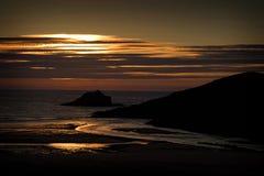 沿海岸的日落在Porth海滩,康沃尔郡,英国 图库摄影