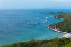 沿海岸线的蓝色海 库存照片