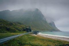 沿海岸线的风景路在挪威在一多雨和有雾的天 免版税库存照片