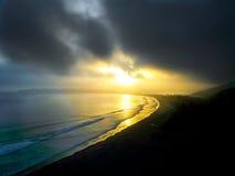 沿海岸线,阿拉斯加的日落 免版税库存照片