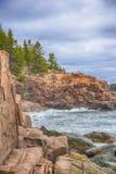 沿海岸线,阿科底亚国家公园,缅因的波浪 免版税库存照片