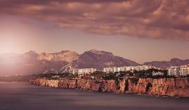 沿海峭壁在安塔利亚镇 免版税库存照片