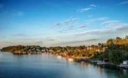 沿海村庄晚上(Kopmanholm,瑞典) 免版税图库摄影