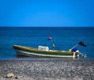 沿海洋岸被停泊的老渔船 免版税库存照片