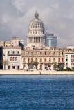沿海湾的哈瓦那旧城大厦以国会大厦为目的 免版税库存照片