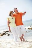沿海滩夫妇成熟走 免版税库存图片