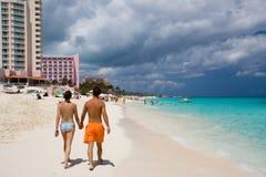 沿海滩夫妇走 免版税库存图片