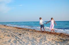 沿海滩开玩笑一起走 库存图片