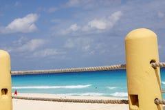沿海滩栏杆 库存图片