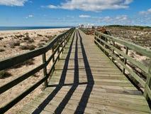 沿海滩的典型的木脚道路在莫拉镇和阿尔布费拉之间 库存图片