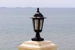 沿海滩的灯柱。 库存图片