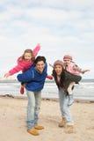 沿海滩系列走的冬天 免版税库存照片