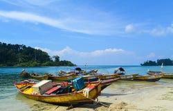 沿海滩靠码头的小船 免版税库存图片