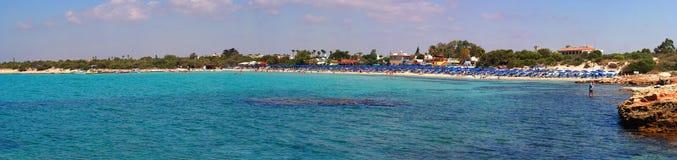 沿海的宽全景:火山的海岸, Ayia Napa海滩,塞浦路斯海岛 库存照片