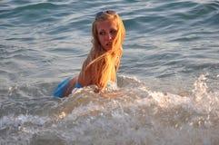 沿海的性感的美丽的妇女 库存照片