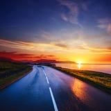 沿海的柏油路日落的冰岛 库存图片