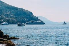 沿海的看法和有些小船在杜布罗夫尼克咆哮 库存图片