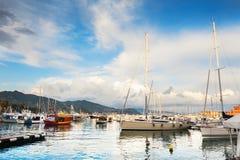 沿海的美丽的景色与游艇的 库存照片