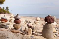 沿海石头金字塔 免版税库存照片