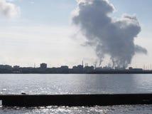 沿海空气污染的工厂烟囱的工业风景 库存照片