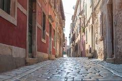 沿海老镇小狭窄的街道 图库摄影