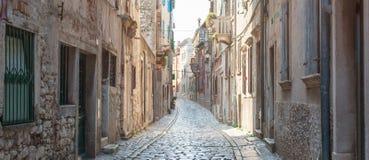 沿海老镇小狭窄的街道 免版税库存图片
