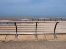 沿海边的明亮的现代金属栏杆在与水泥防波堤的布莱克浦lancashire散步有海洋和蓝天的 免版税库存照片