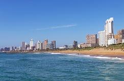 沿海风景海滩海蓝色天空和城市地平线 库存图片